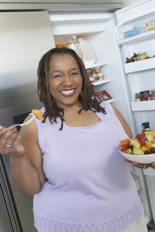 Frau mit einer Schüssel Salat lizenzfreies stockbild