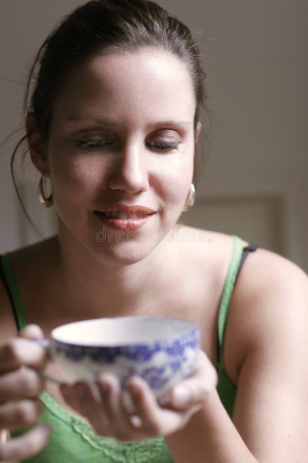 Download Frau mit einer Tasse Tee stockbild. Bild von schwarzes - 862687