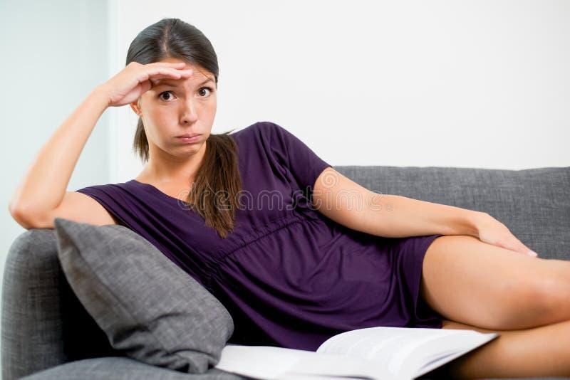 Frau mit einer unbefriedigten Ausdrucklesung stockfoto