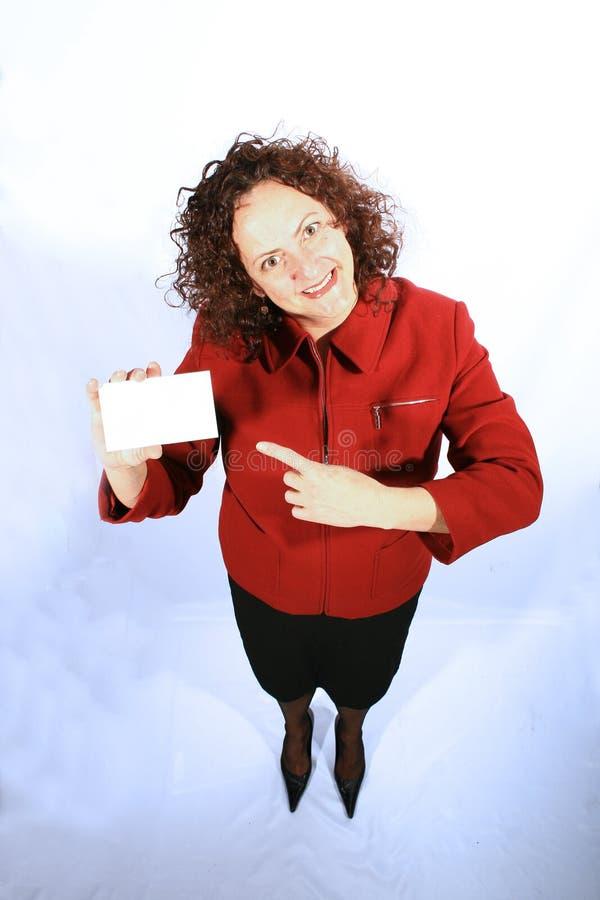 Frau mit einer unbelegten Visitenkarte lizenzfreie stockbilder