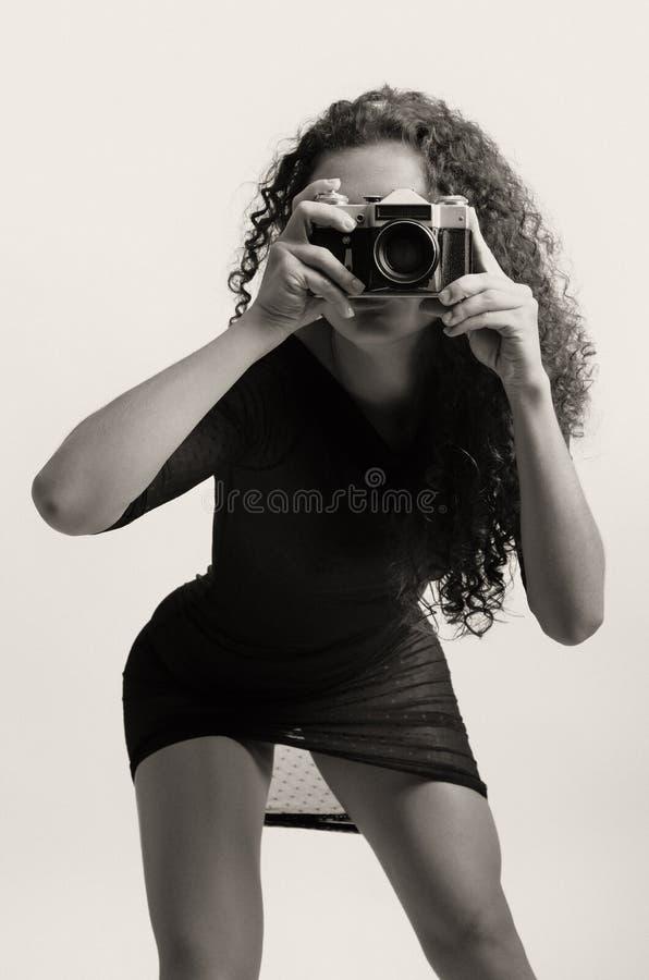 Frau mit einer Weinlesefotokamera stockfotografie