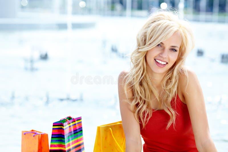 Frau mit Einkaufenbeuteln lizenzfreie stockfotos