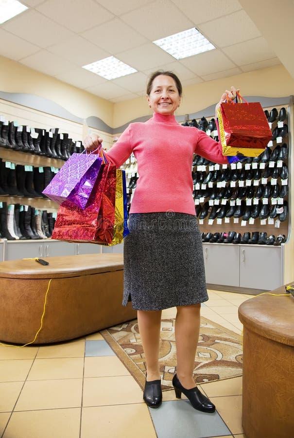 Frau mit Einkaufenbeuteln am Schuhspeicher lizenzfreies stockfoto