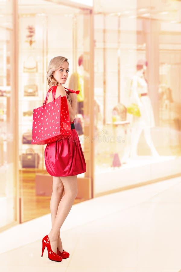 Frau mit Einkaufstasche stockfoto