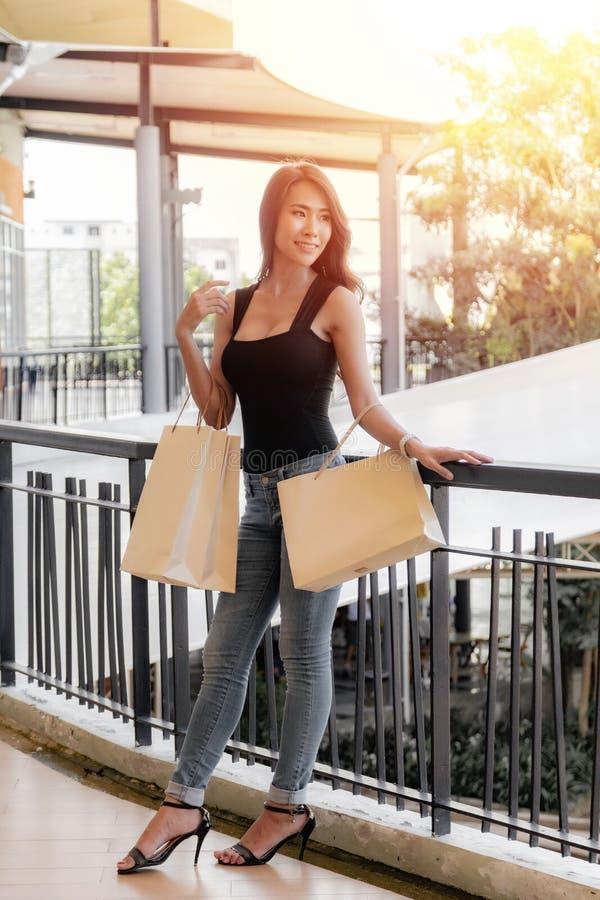 Bilder ohne bh einkaufen Frauen ohne