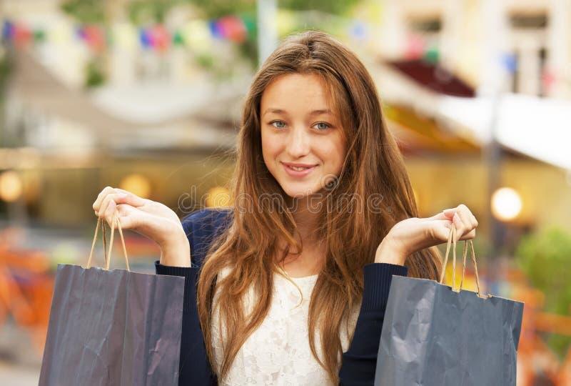 Frau mit Einkaufstaschen lizenzfreie stockfotografie