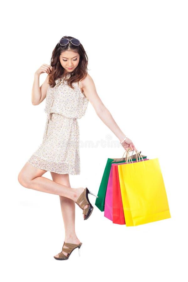 Frau mit Einkaufstaschen auf weißem Hintergrund stockfoto
