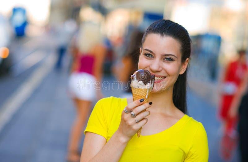 Frau mit Eiscreme in der Straße stockfotografie