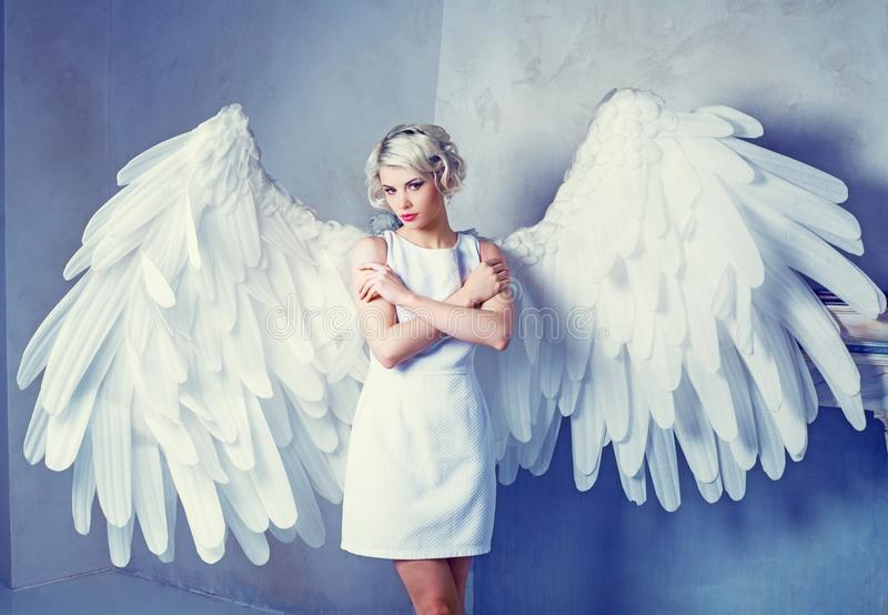 Frau mit Engelsflügeln stockfoto