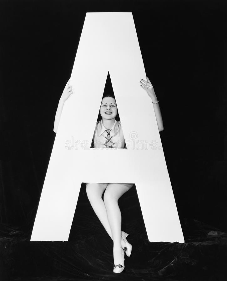 Frau mit enormem Buchstaben A (alle dargestellten Personen sind nicht längeres lebendes und kein Zustand existiert Lieferantengar lizenzfreies stockbild