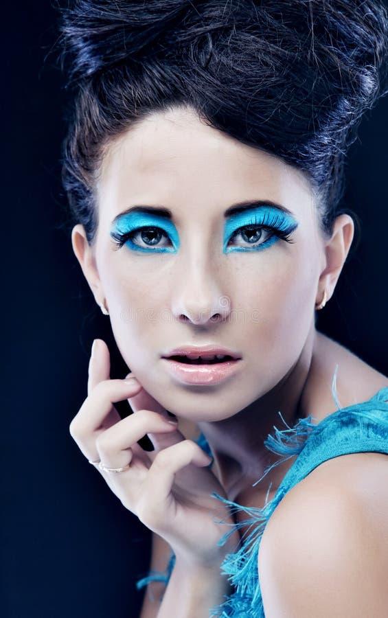 Frau mit erstaunlicher Frisur im blauen Kleid stockfotografie