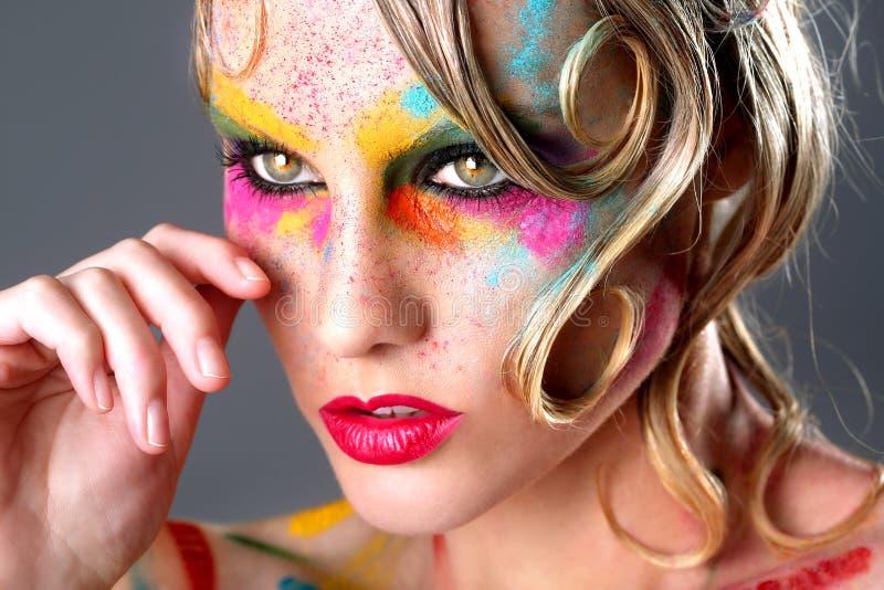 Frau mit extremem Make-upentwurf mit buntem Pulver stockfoto