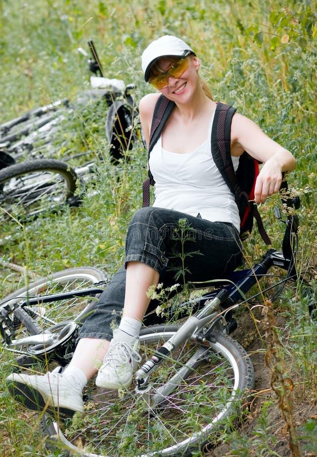 Frau mit Fahrrad lizenzfreie stockfotos
