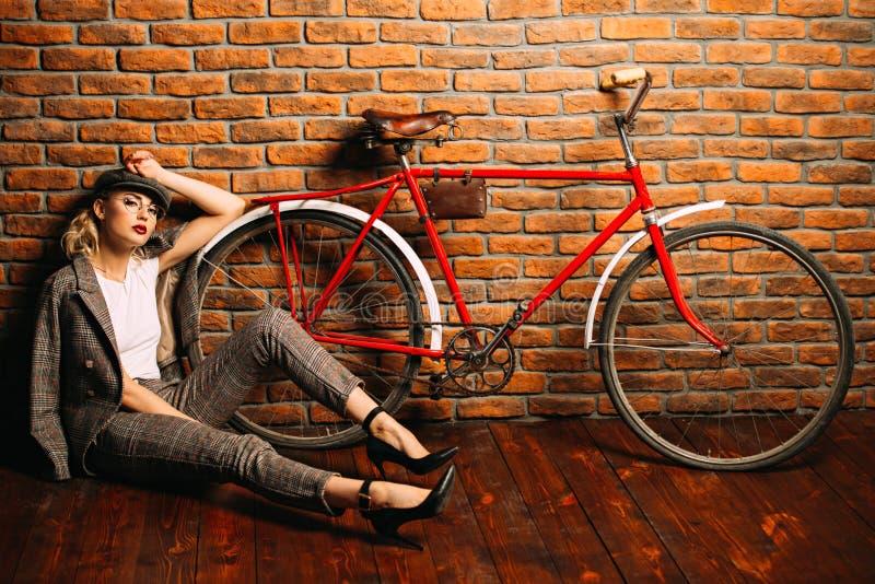 Frau mit Fahrrad lizenzfreies stockfoto