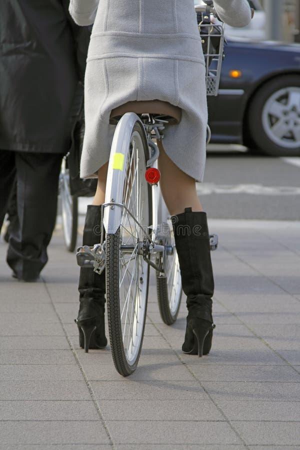 Frau mit Fahrrad stockbilder