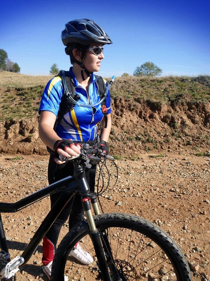 Frau mit Fahrrad lizenzfreies stockbild