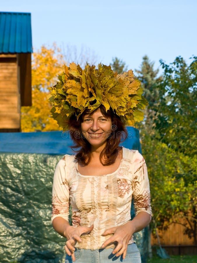 Frau mit Farbe Chaplet stockfotos