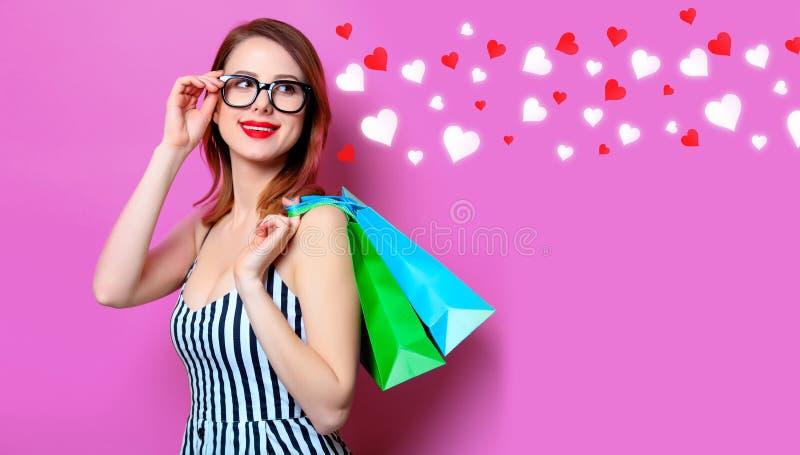 Frau mit Farbeinkaufstaschen stockbild