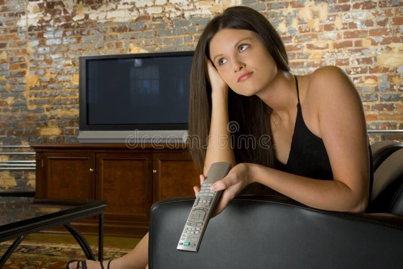 Frau mit Fernsehentfernter station stockfoto