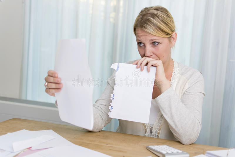 Frau mit Finanzproblemen lizenzfreie stockfotos