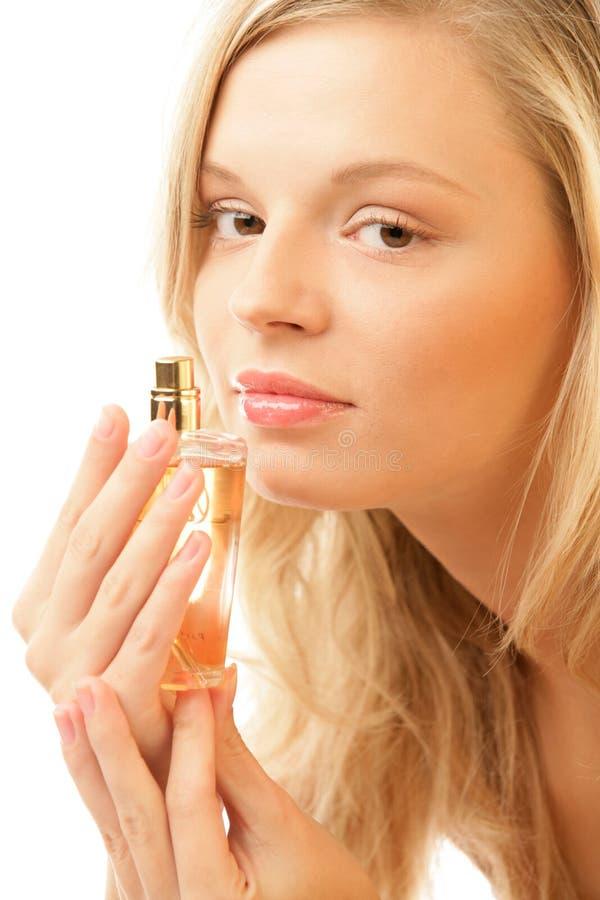 Frau mit Flasche Duftstoff lizenzfreie stockbilder