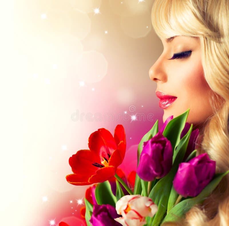 Frau mit Frühlings-Blumen lizenzfreies stockbild
