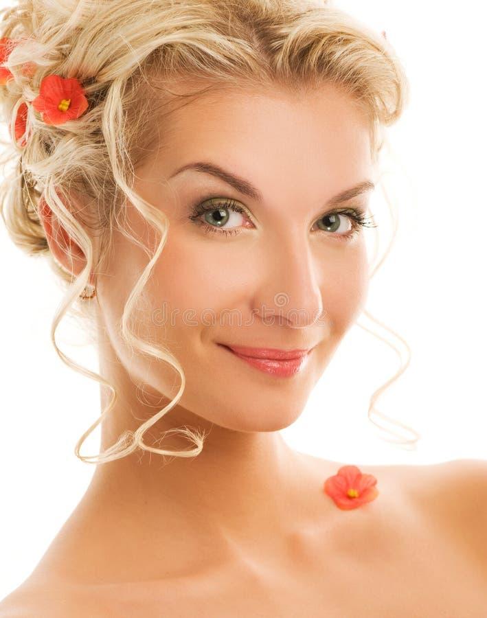 Frau mit frischen Frühlingsblumen lizenzfreies stockfoto