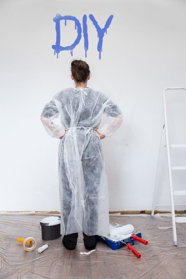 Frau mit frischer gemalter Wand lizenzfreie stockbilder