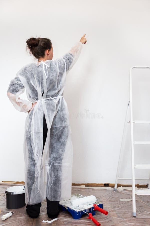 Frau mit frischer gemalter Wand stockfoto