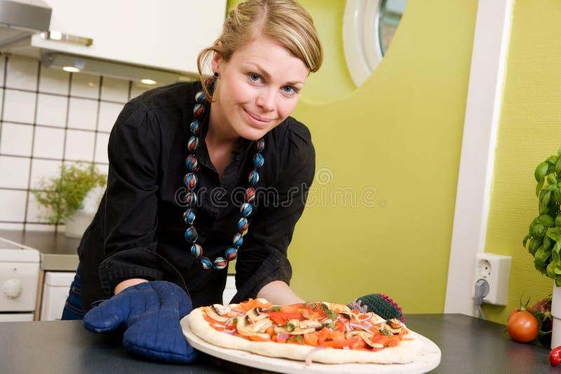 Frau mit frischer Pizza lizenzfreies stockbild