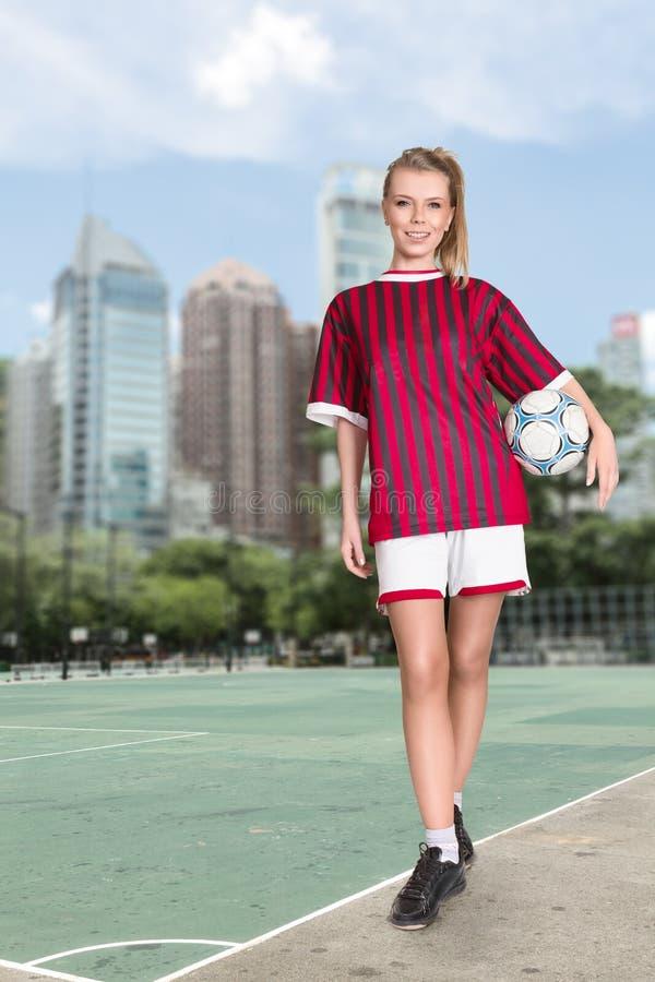 Frau mit Fußballkugel lizenzfreies stockbild