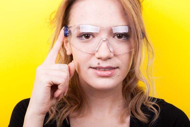 Frau mit futuristischen intelligenten Gläsern auf ihren Augen lizenzfreies stockbild