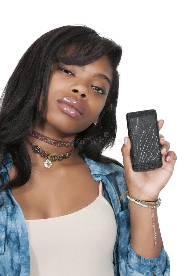 Frau mit gebrochenem Telefonschirm stockfotografie