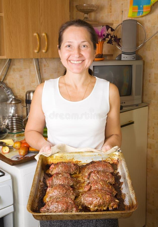Frau mit gekochtem gebackenem Rindfleisch stockfotografie
