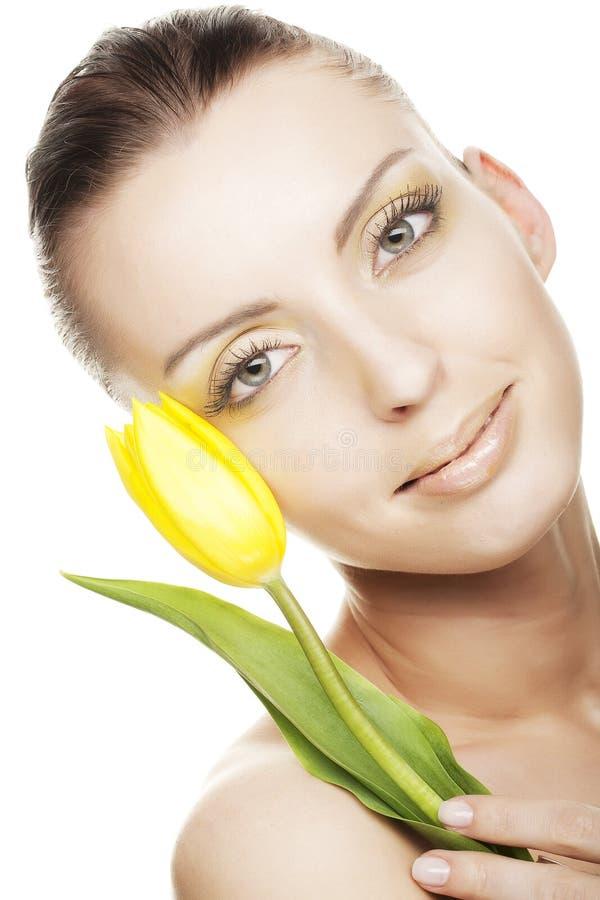 Frau mit gelbem Tulpenblumenstrauß stockfotos