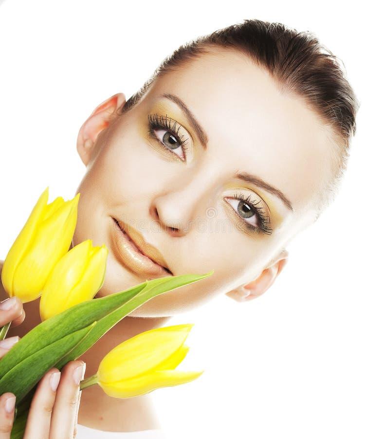 Frau mit gelbem Tulpenblumenstrauß stockbilder