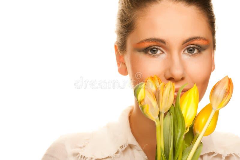 Frau mit gelben Tulpen lizenzfreie stockfotos