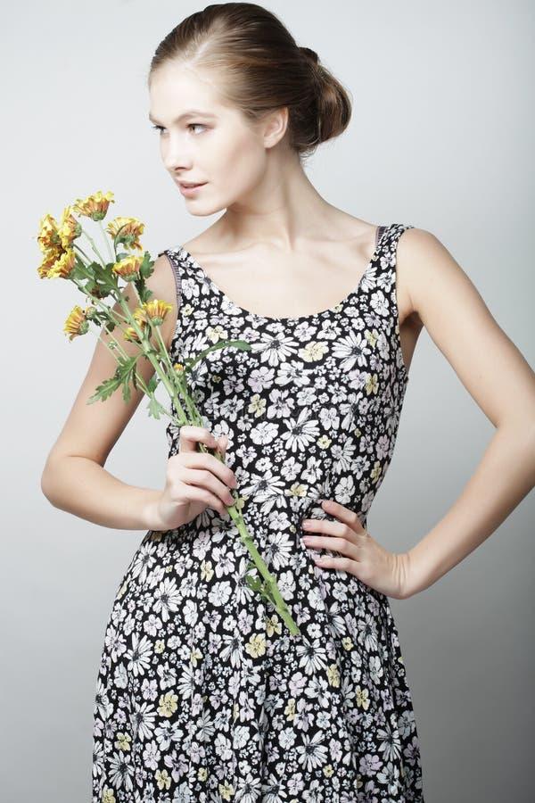 Frau mit gelber Chrysantheme lizenzfreie stockfotografie