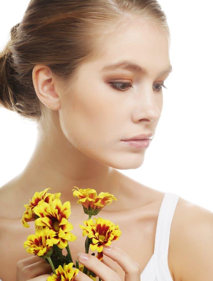 Frau mit gelber Chrysantheme stockbilder
