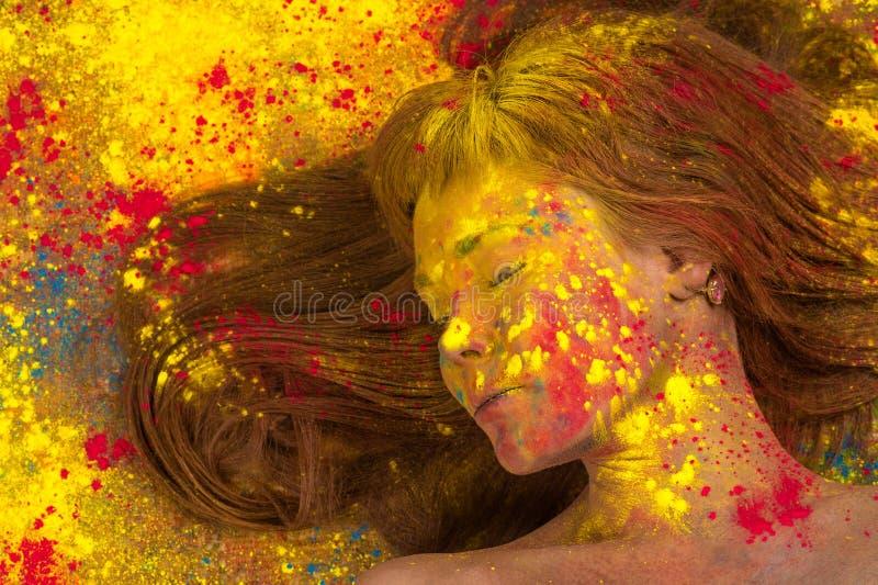 Frau mit gelber Farbe auf Gesicht lizenzfreies stockfoto