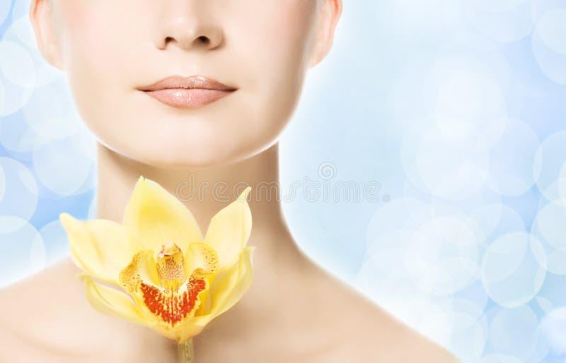 Frau mit gelber Orchidee stockbilder