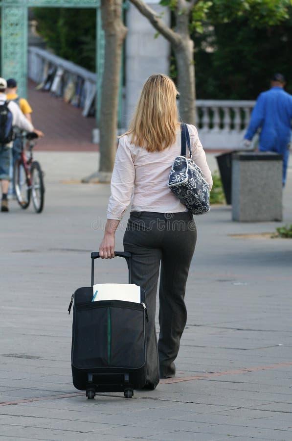 Frau mit Gepäck stockbilder