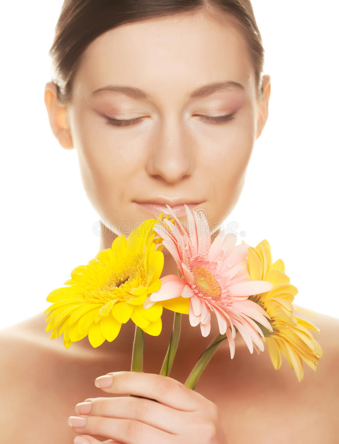 Frau mit gerber Blume stockfotografie