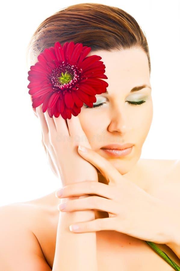 Frau mit gerber Blume lizenzfreie stockfotografie