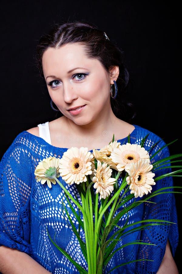Frau mit gerber Blumenstrauß lizenzfreies stockbild