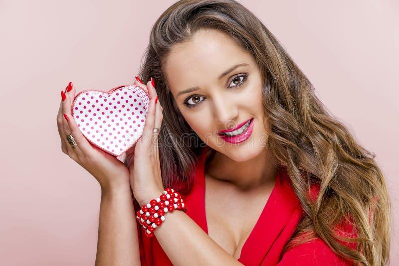 Frau mit Geschenkbox am Valentinsgruß-Tag stockfotos