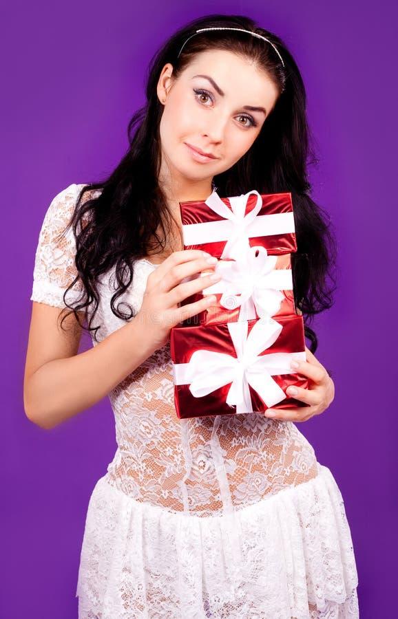 Frau mit Geschenken lizenzfreies stockfoto