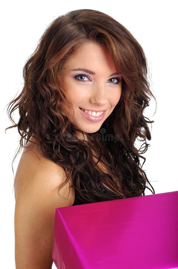 Frau mit Geschenkkasten lizenzfreie stockbilder