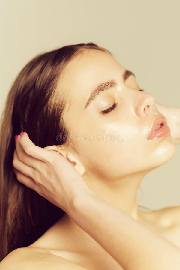 Frau mit geschlossenen Augen auf entz?ckendem Gesicht stockbild
