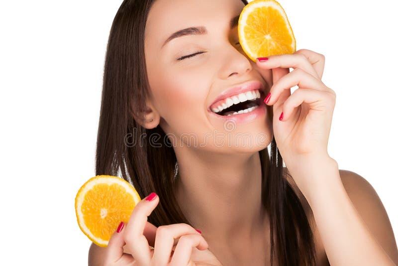 Frau mit geschnittener Orange stockbild